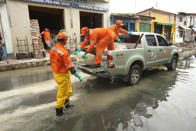 Rua do Centro de Manaus afetada pela cheia recebe  descontaminação da água. (Foto: Tácio Melo/Semcom)