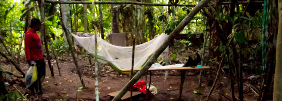 Os acampamentos como este podiam abrigar até 30 garimpeiros. (Foto: Guilerme Gnipper/Funai/2013)