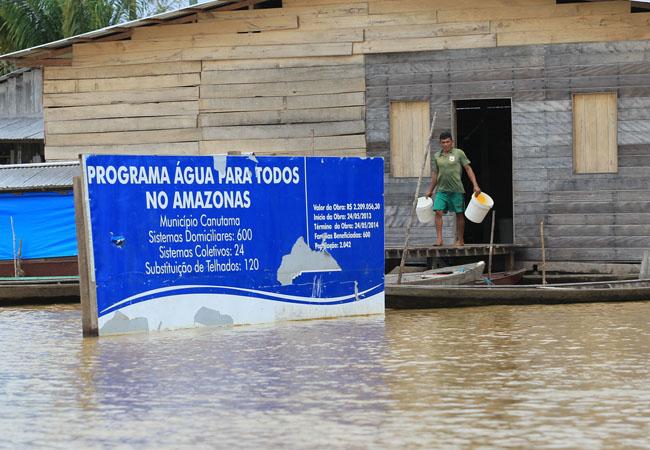 Com a enchente, água fica contaminada e imprópria ao consumo. (Danilo Melo/FotoAmazonas)