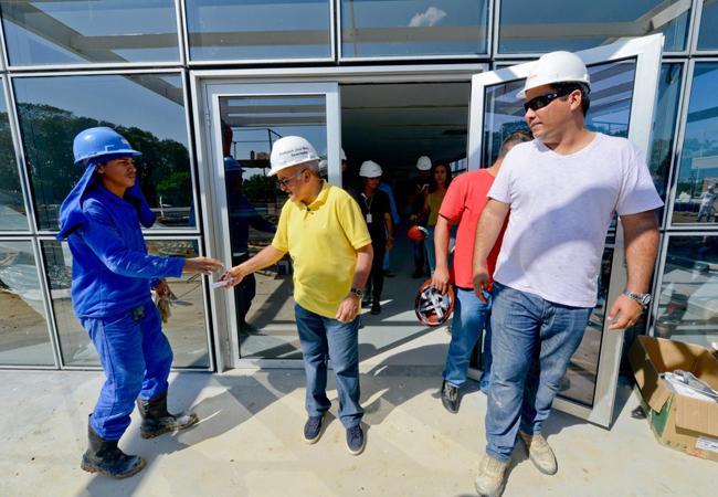 O governador José Melo em visita a obras em Manaus (Foto: Divulgação Agecom)