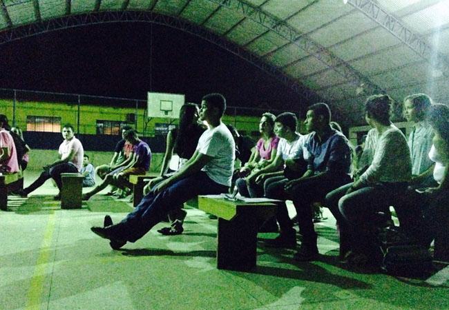 Público assiste o filme no ginásio em  Jaci-Paraná. (Foto: Caio Cavechini)