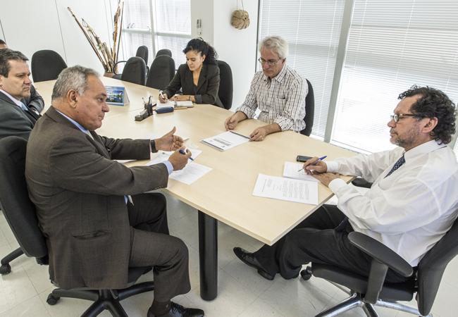 Reunião com o deputado Édio Lopes, relator do projeto de mineração. (Foto:Mário Vilela/Funai)