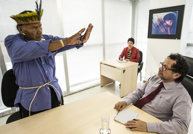 Liderança da etnia Xavante em encontro com João Pedro (Foto: Mário Vilela/Funai)