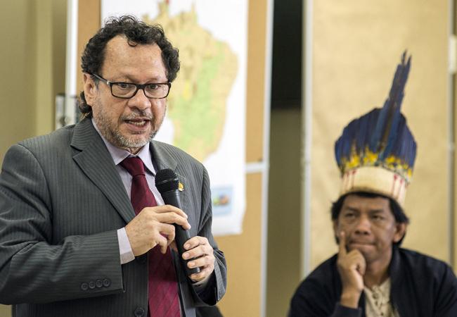 Liderança da etnia Timbira observa discurso de chefe da Funai (Foto: Mário Vilela/Funai)