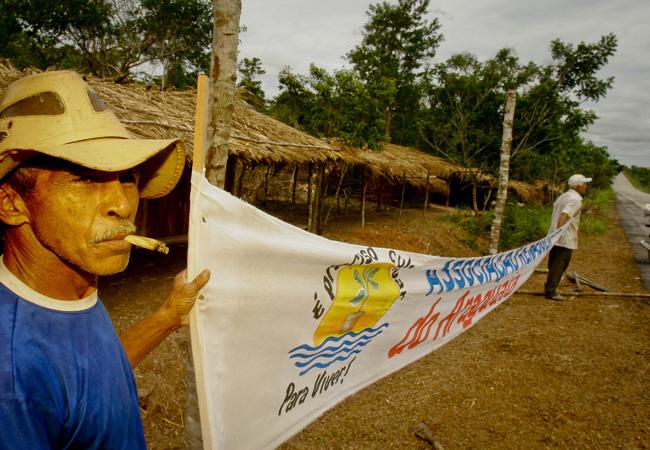 Acampados na BR 158 em  Santana do Araguaia (PA).  (Foto Alberto César Araújo)
