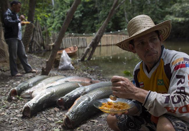 Na Comunidade Ilha do Rumão, em Mamirauá, pescador aproveita o descando para a refeição com pirarucu. (Foto: Bruno Kelly)