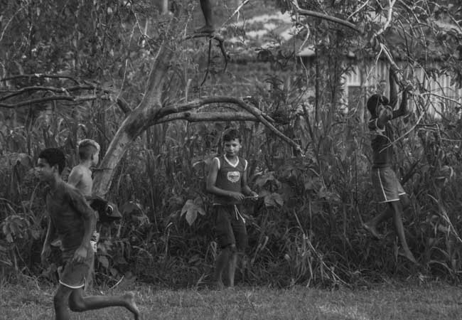 Meninos de Nazaré retomam brincadeiras depois que a água baixo. (Foto: Marcela Bonfim/AmReal)