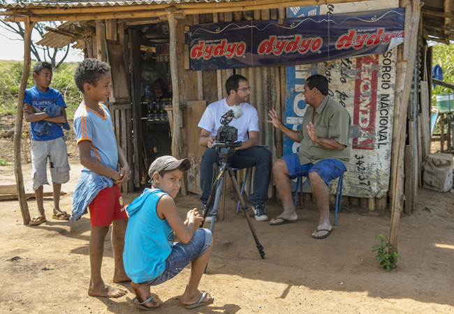 O jornalista João Peres (camisa branca) entrevista camponeses do assentamento Santa Elina. (Foto: fotógrafo Gerardo Lazzari)