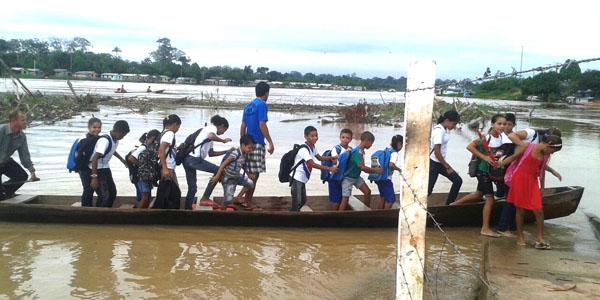 Crianças ficam sem transporte escolar seguro. (Foto: Floriano Lins(