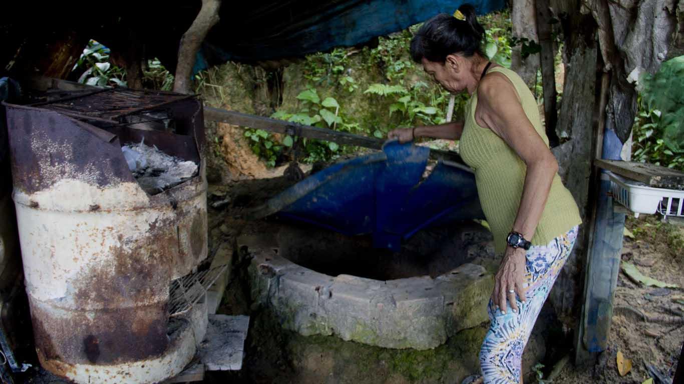 Sônia Monteiro tem uma cacimba aberta com menos de três metros de profundidade, na Comunidade Jesus Me Deu. (Foto: Alberto César Araújo/Amreal)