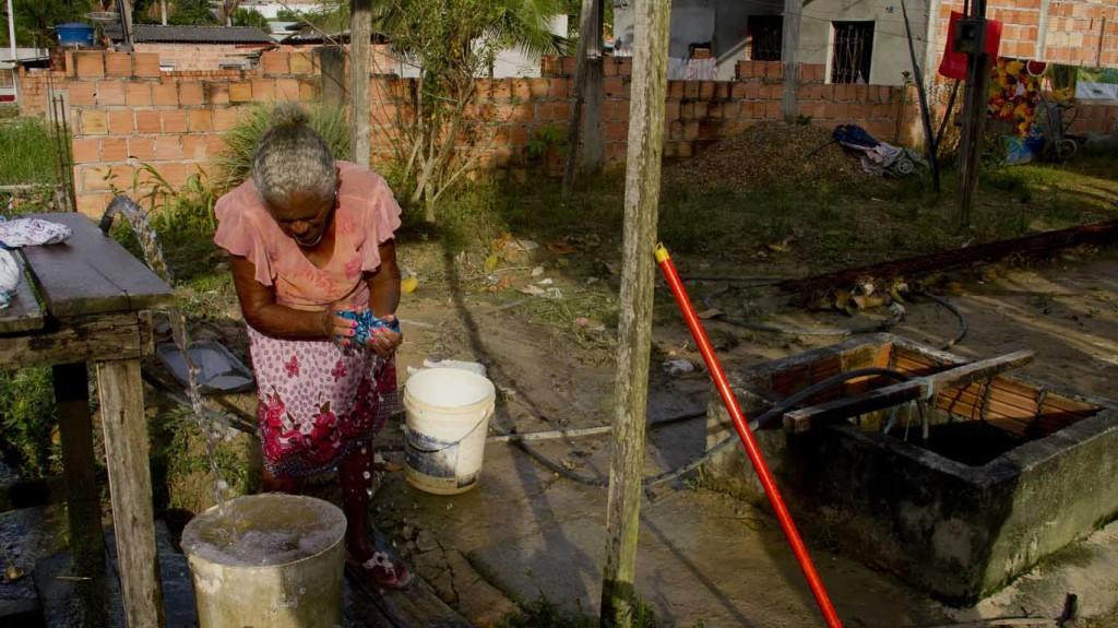 A aposentada Maria Isabel Nascimento não tem água encanada da rede e nem torneiras na casa onde mora no bairro Jesus Me Deu, em Manaus. (Foto de Alberto César Araújo/Amreal)