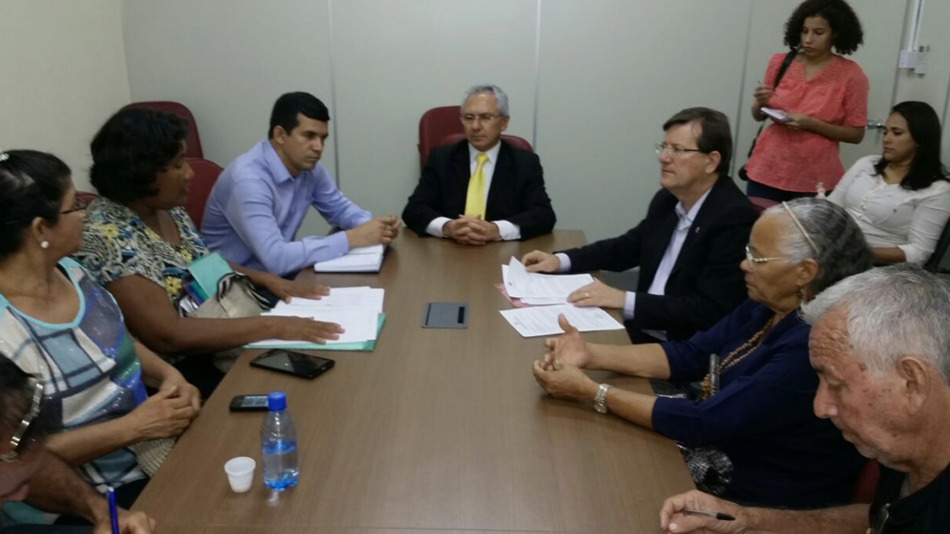 Dora Priante (de blusa estampada), durante reunião na sede da SSP. (Foto: Assessoria do deputado estadual José Ricardo)