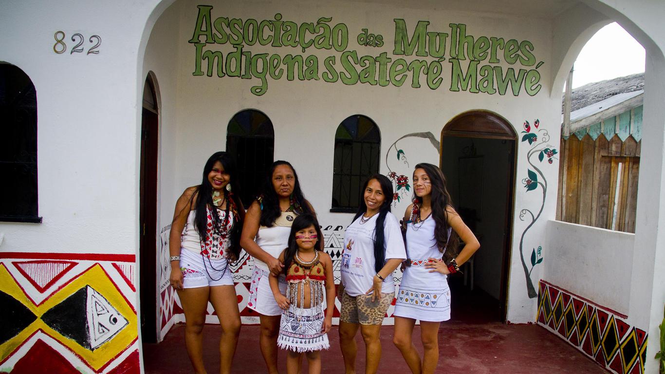 A geração de artesãs: Suelen, Sônia, Zenilda Neta, Jucenilda e Sâmela (Foto: Alberto César Araújo/Amreal)