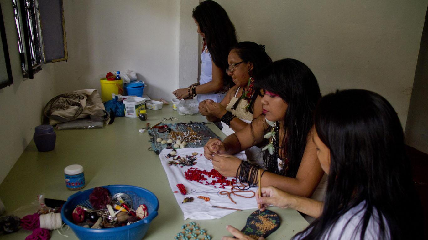 O trabalho das mulheres Sateré-Mawé artesãs na associação (Foto: Alberto César Araújo/Amreal)