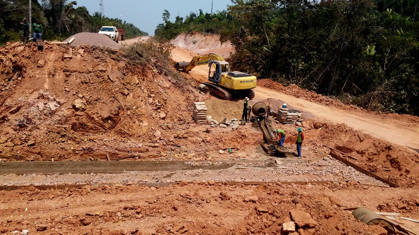 """Ibama flagra crime ambiental e trabalhadores em condição degradante em obra no """"meião"""" da BR-319"""