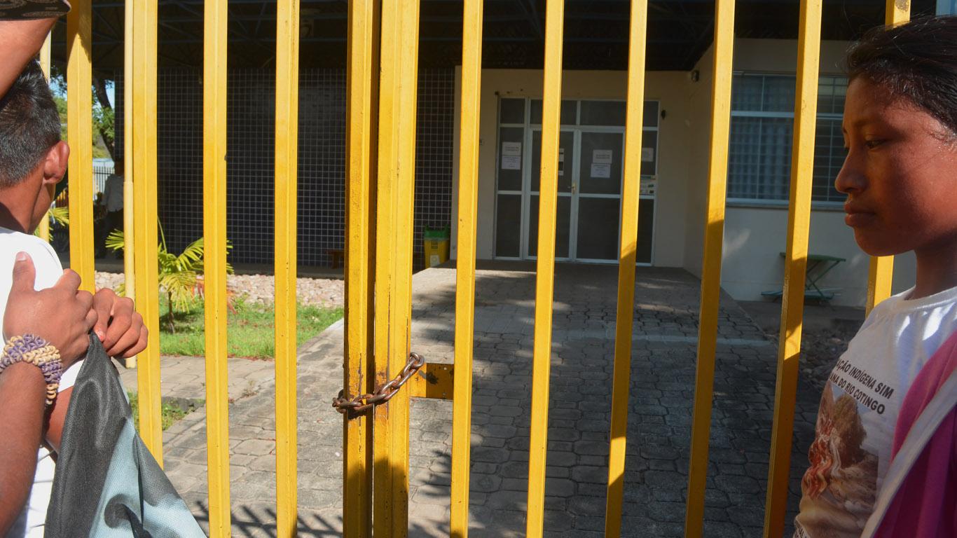 O portão da Secretaria fechado com cadeado para impedir a entrada dos professores. (Foto: Mayra Wapichana/CIR)
