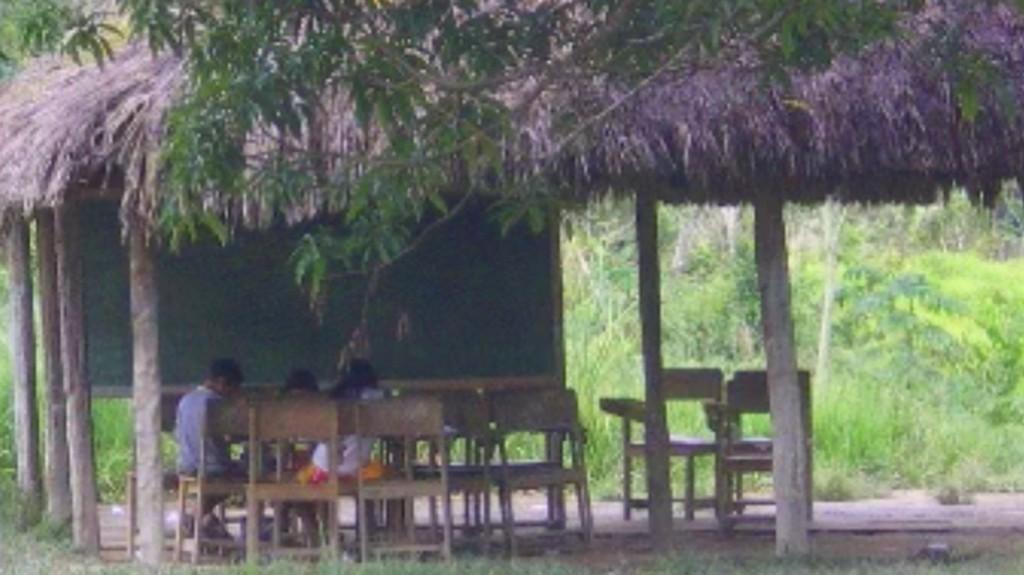 Na Escola José Malheiros as crianças estudam numa palhoça. (Foto: CIR)