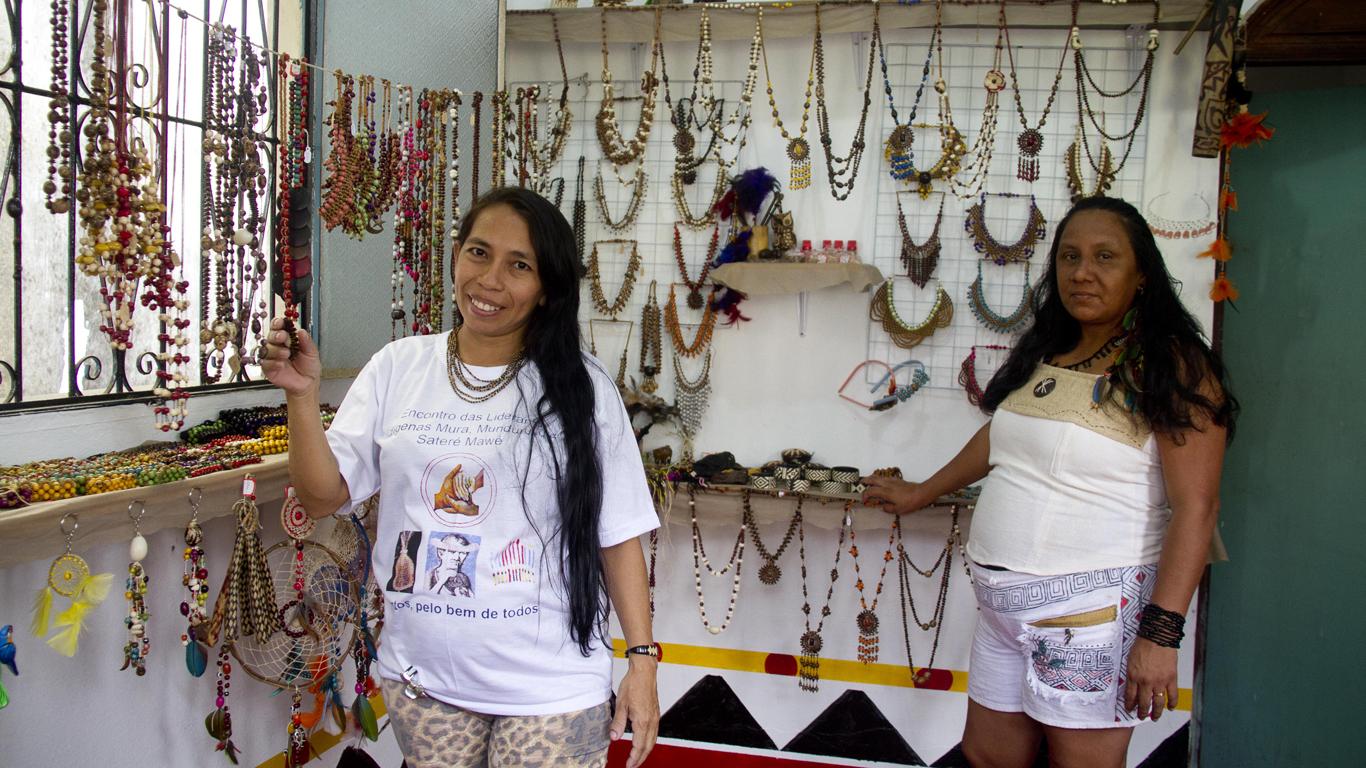 As artesã Jucenilda Souza e Sônia Vilacio na loja Kakury Arte (Foto: Alberto César Araújo/Amreal)