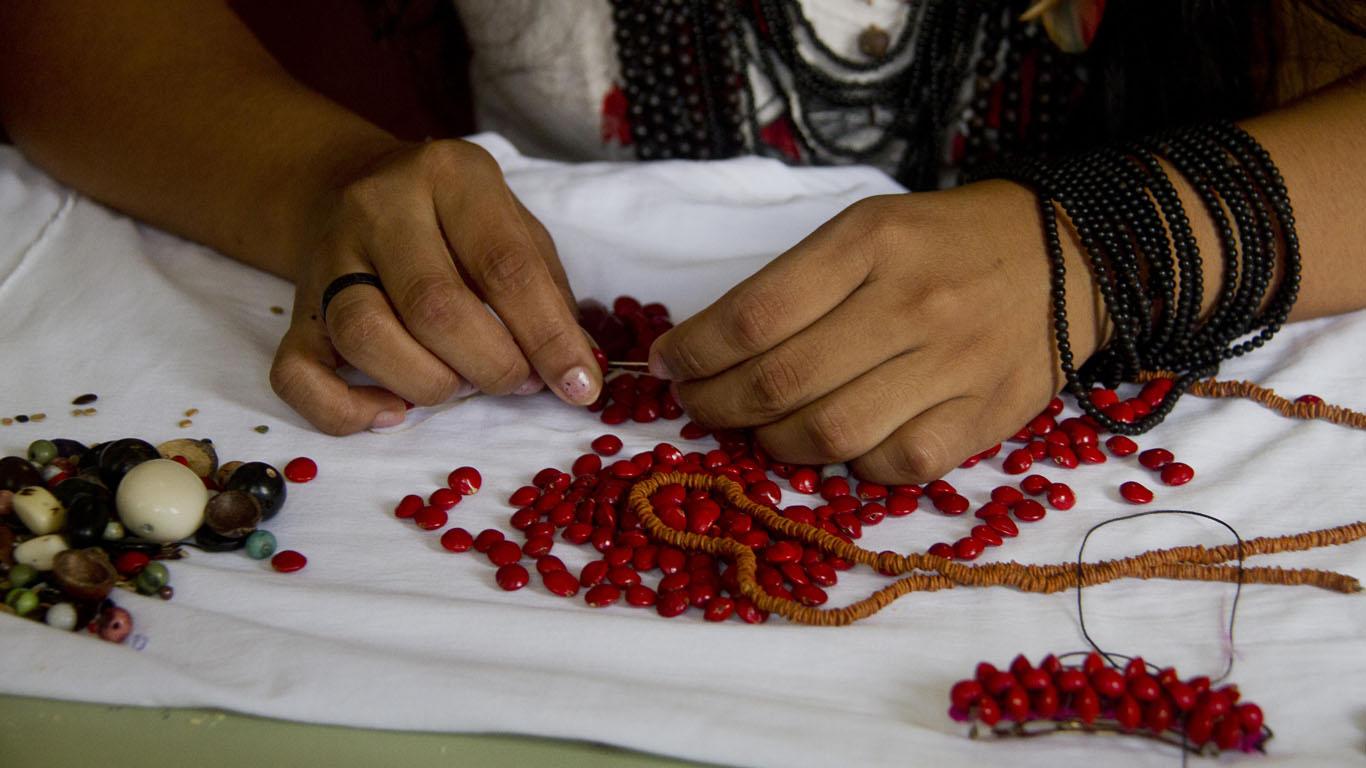 O trabalho manual com sementes da Kakury (Foto: Alberto César Araújo/Amreal)