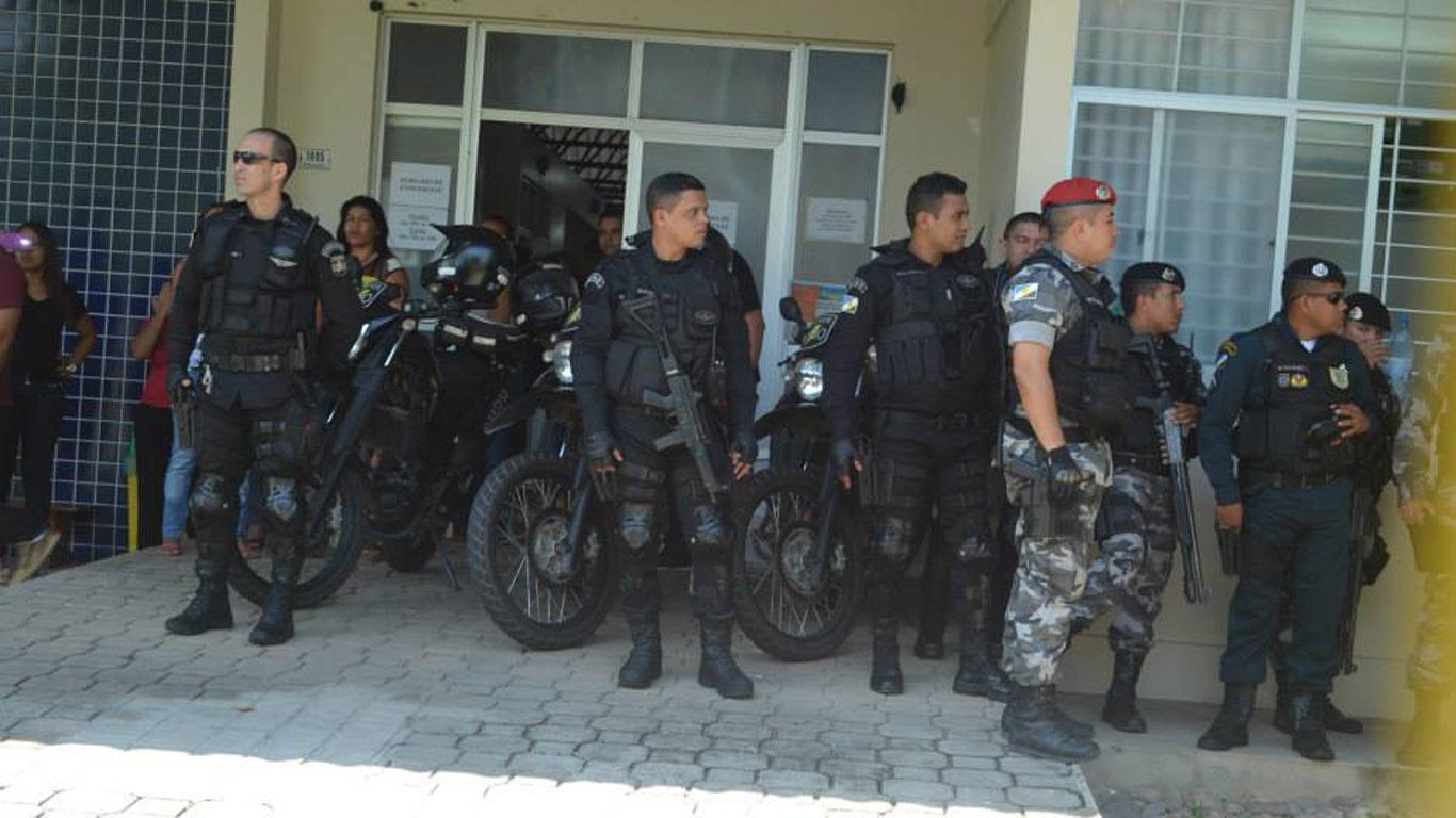 Policiais militares cercaram a sede da Secretaria de Educação. (Foto: Mayra Wapichana/CIR)