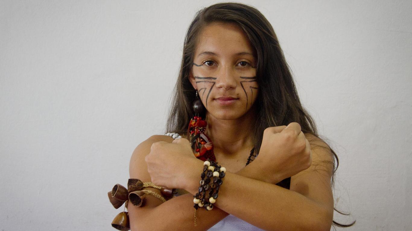 Sâmela Lorena Vilacio, neta da liderança Zenilda, com os adornos e pulseiras de sementes (Foto: Alberto César Araújo/Amreal)
