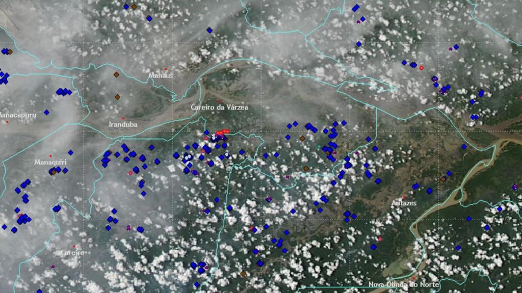 A foto do satélite AQUA da NASA (sensor MODIS) recebida pelo INPE, mostra as nuvens de fumaça decorrentes da queima da vegetação na região próxima a Manaus (01/10/2015).
