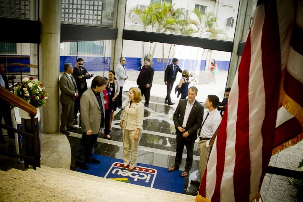 A embaixadora Liliana Ayalde na sede do Icbeu Manaus (Foto: Alberto César Araújo)