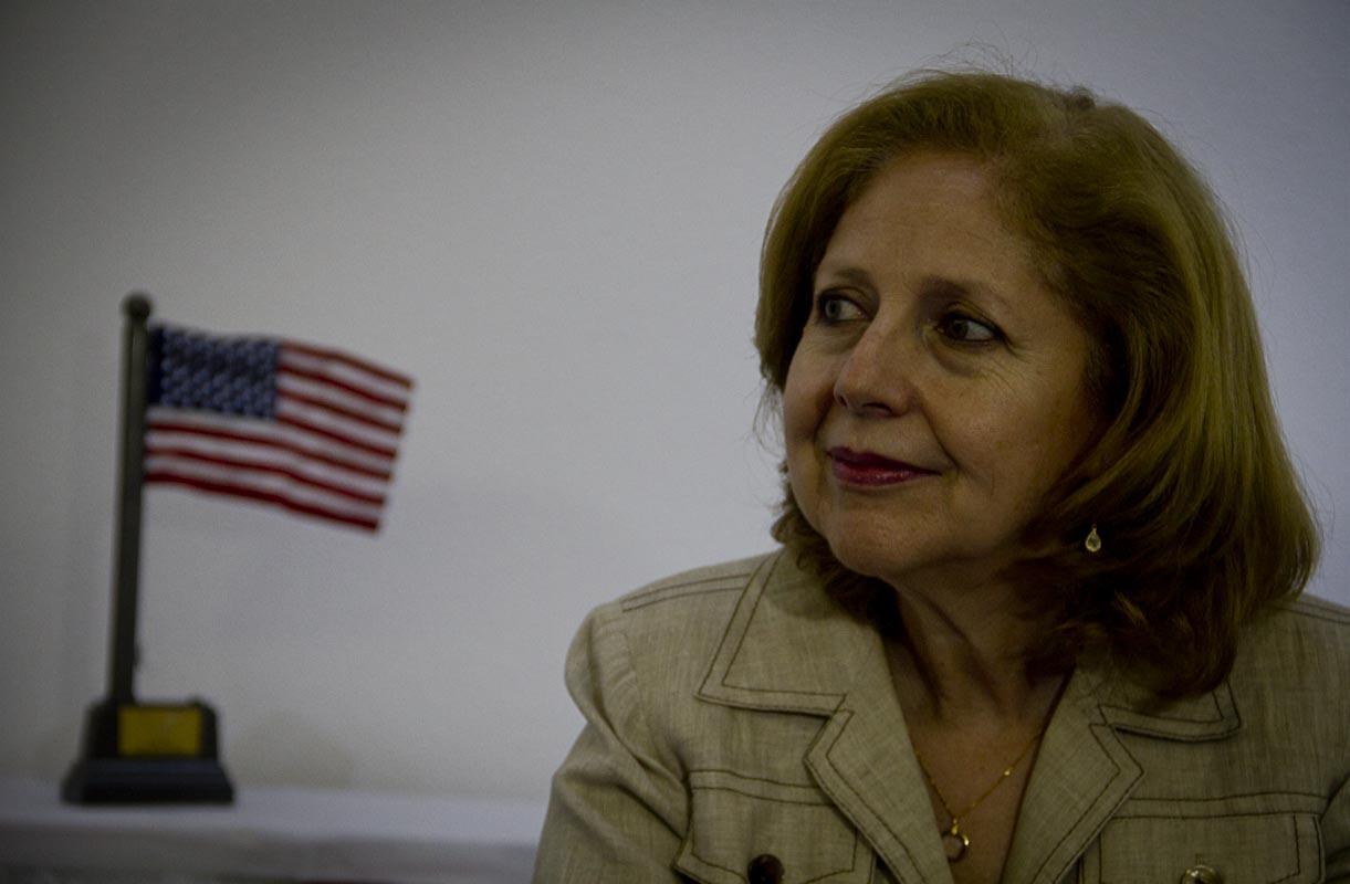 """Embaixadora dos EUA sente cheiro de fumaça em Manaus e diz que situação """"é muito urgente"""""""