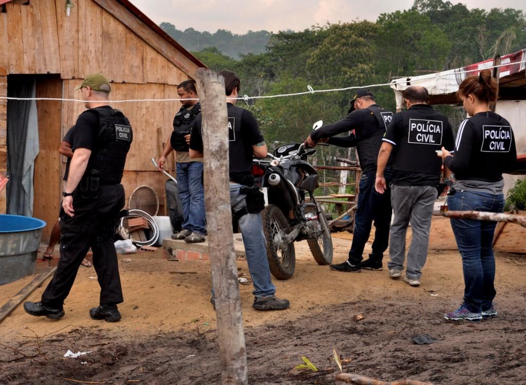 """Policias da Operação """"Blackout"""" na invasão Cidades ds Luzes, na zona oeste de Manaus. (Foto: Erlon Rodrigues/Polícia Civil)"""