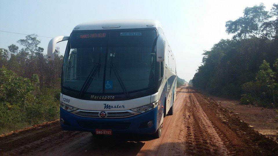 Ônibus da Arunã na rodovia BR 319 (Foto: Aruanã Transportes)