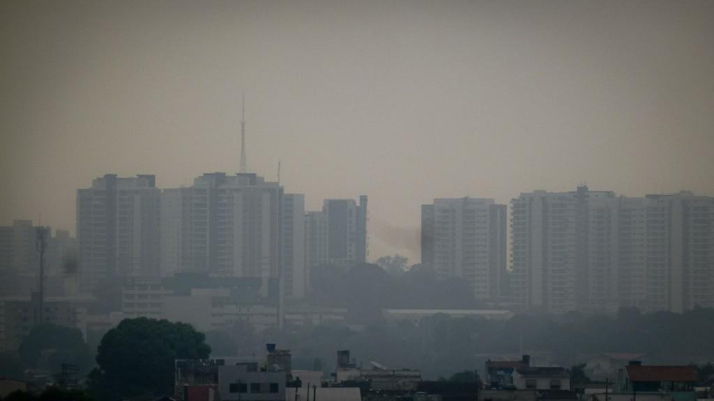 Fumaça das queimadas em Manaus no dia 13 de outubro de 2015 (Foto: Alberto César Araújo/AmReal)
