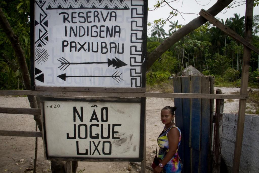 Digliane Almeida Gomes,  indígena sateré mawé viúva na entrada da ocupação Paxiubau (Foto: Alberto César Araújo/Amreal)
