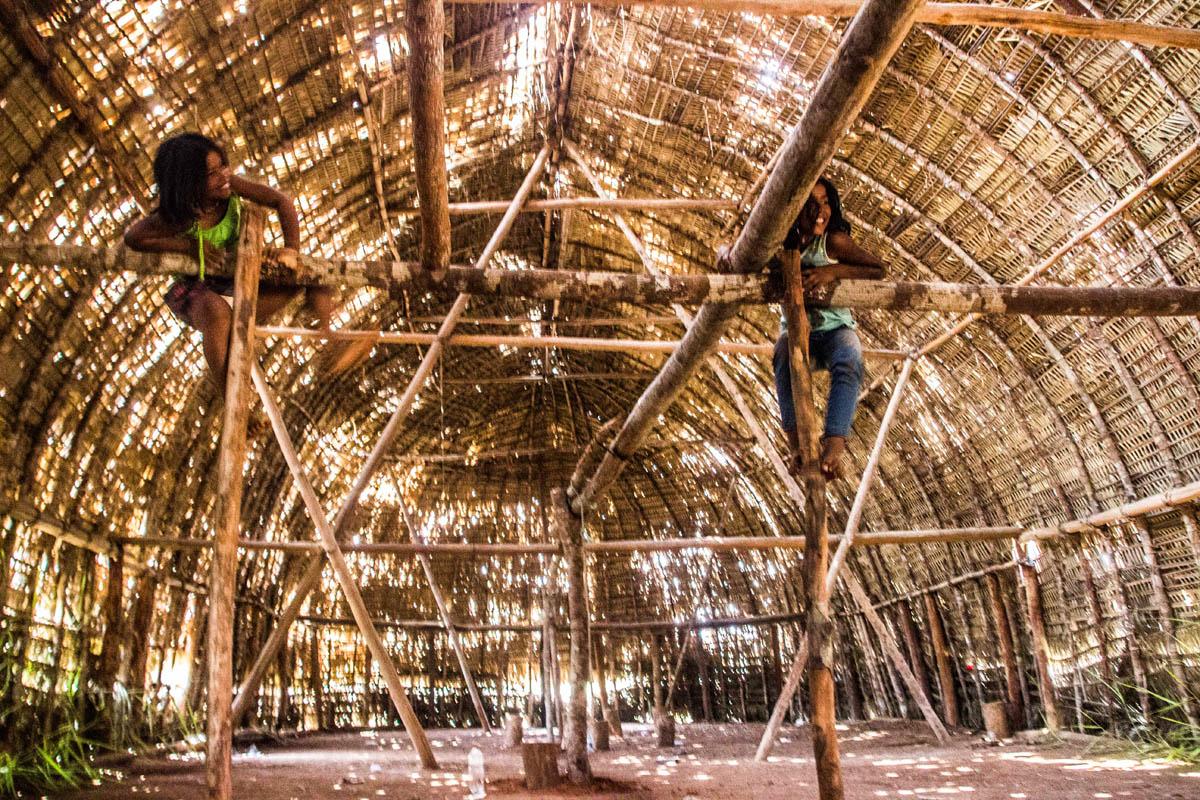 A maloca tradicional do povo Cinta Larga em construção (Foto: Marcela Bonfim/AmReal)