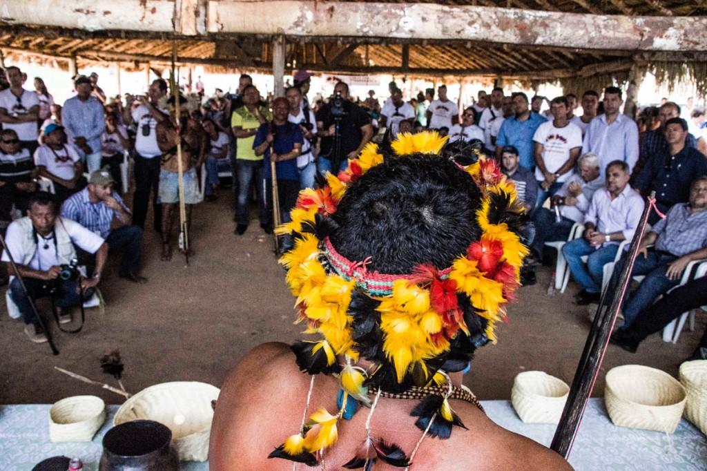 Lideranças Cinta Larga reunidas na aldeia Roosevelt, o centro de disscusão da etnia (Foto: Marcela Bonfim/AmReal)