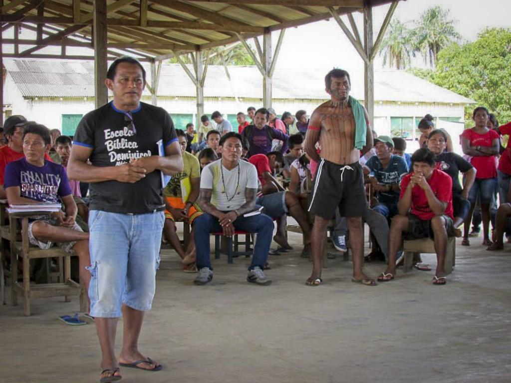 Jairo Saw Munduruku (à frente) diz que governo não demarca porque quer construir usina. (Foto: Izabel Gobbi/Funai)