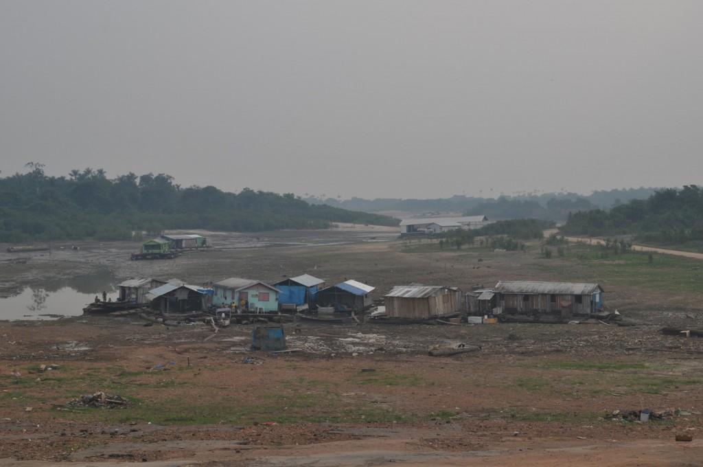 O rio Negro secou rapidamente em Cacau Pirera, que também foi atingida pela fumaça (Foto: Carlos Durigan/AmReal)