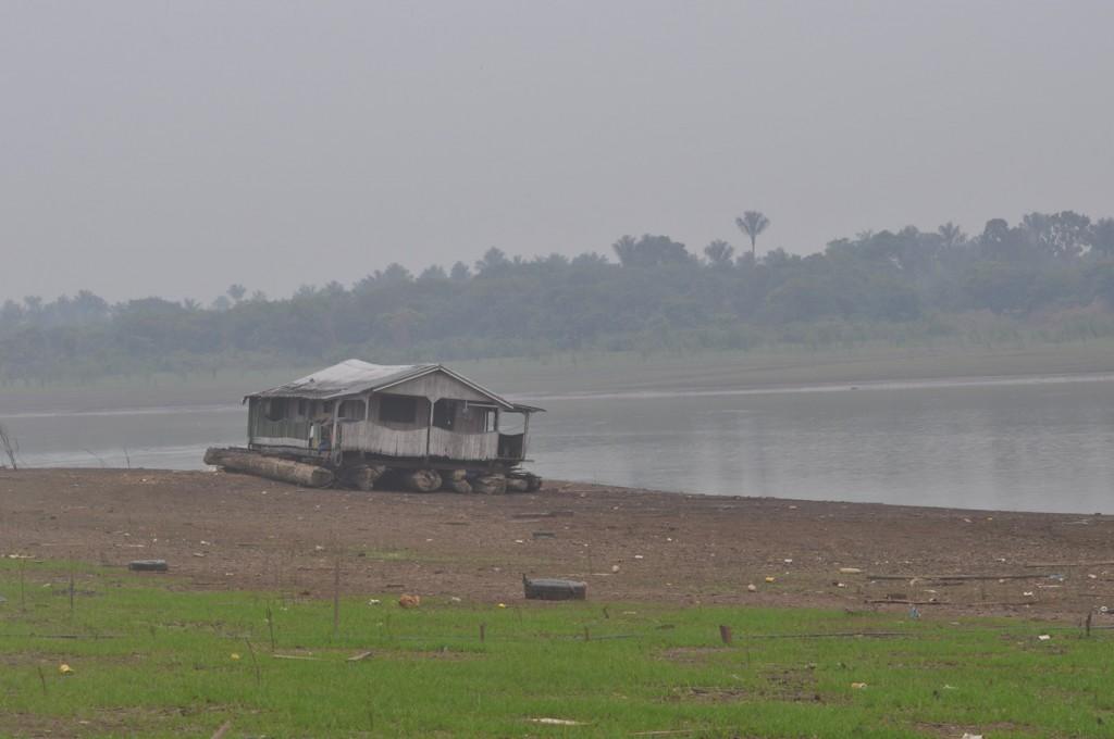 O Lago Janauari, em Iranduba, tomado pela fumaça das queimadas. (Foto: Carlos Durigan/AmReal)