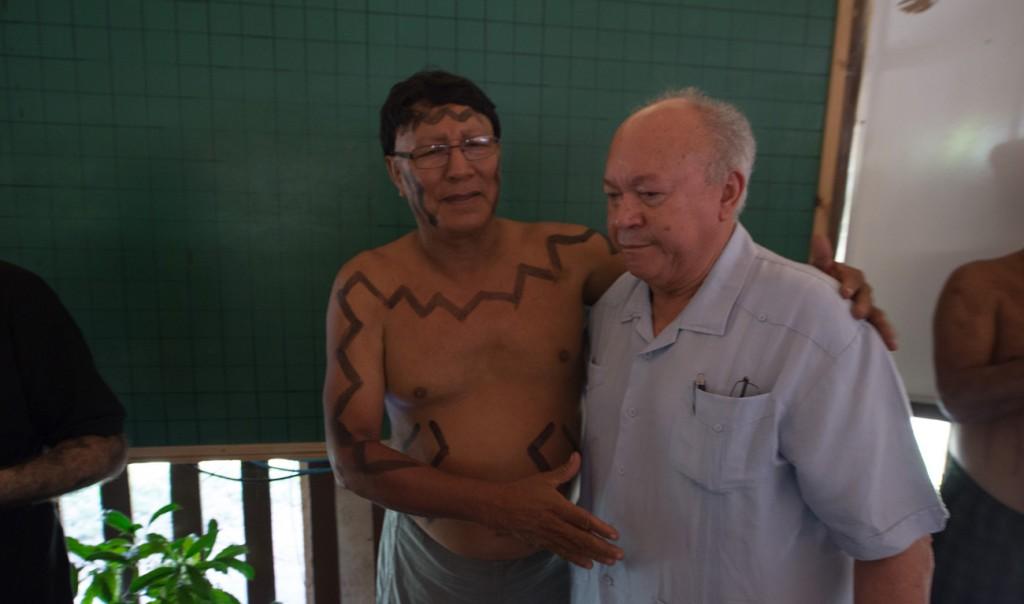 O índio Mario Paruwe Atroari com o diretor de Transmissão da Eletrobras,  José Antonio Muniz Lopes (Foto: Mário Vilela/Funai)
