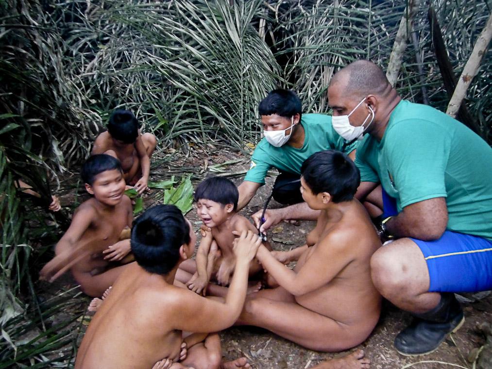 Indígenas Korubo contatados recebem atendimento. (Foto: Funai)