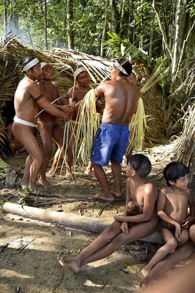 Contato de grupo de indios Korubo em setembro de 2015 (Foto: CGIIRC/Funai)