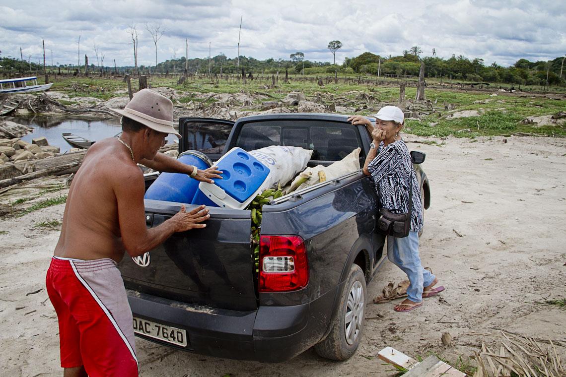 O açougueiro Sam desloca famílas de carro entre as comunidades. (Foto: Alberto César Araújo/AmReal)