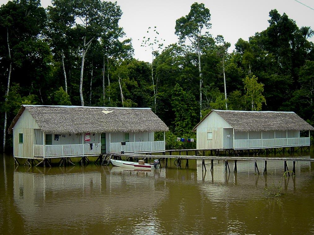 Alojamentos da Funai no Vale do Javari, em 2006. (Foto: Antenor Vaz)