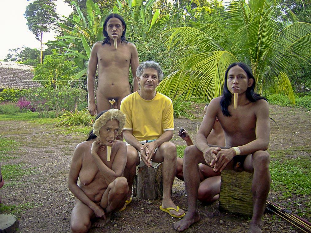O sertanista Antenor Vaz com os índios Zo´é. (Arquivo pessoal)