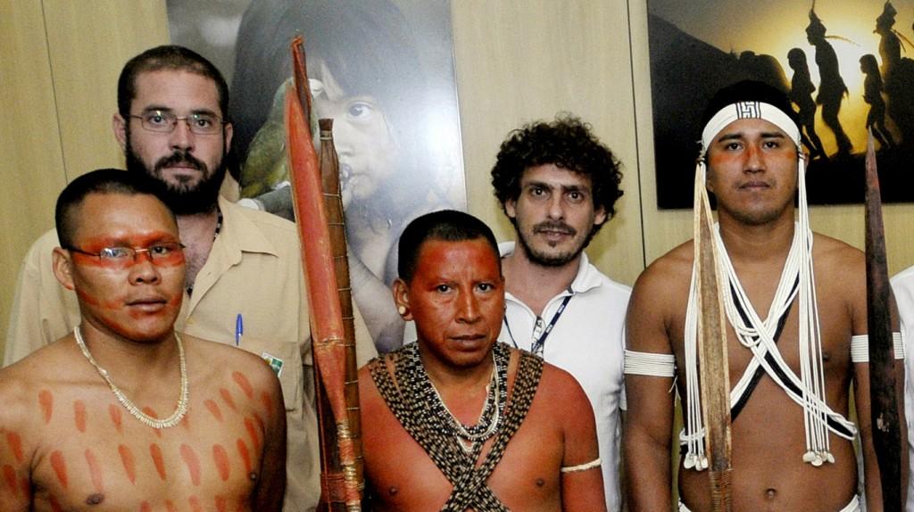 Bruno Pereira (de blusa bege) e Carlos Travassos (de branco) em audiência com lideranças do Vale do Javari (Foto: Mário Vilela/Funai)