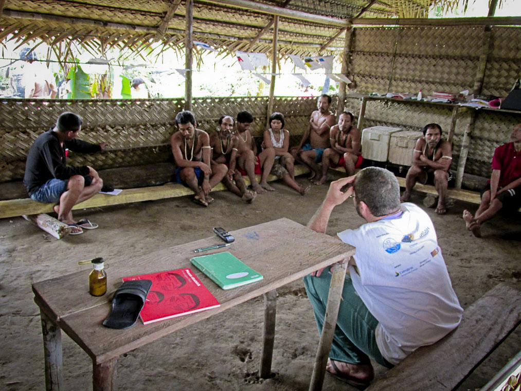 Equipe da Funai e Lideranças Matís na aldeia Todowak (Foto: Acervo CGIIRC/Funai/2014)