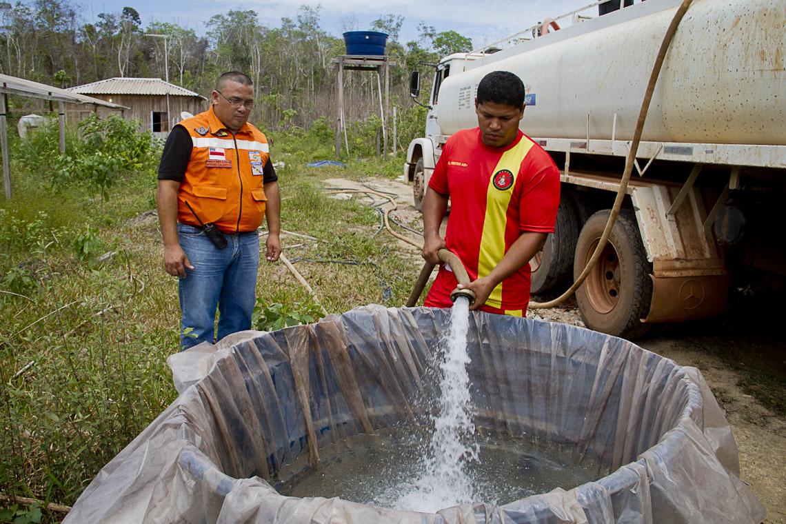 O coordenador da Defesa Civil, Afrânio Caldas na distribuição de água potável, em Boa Esperança. (Foto: Alberto César Araújo/AmReal)