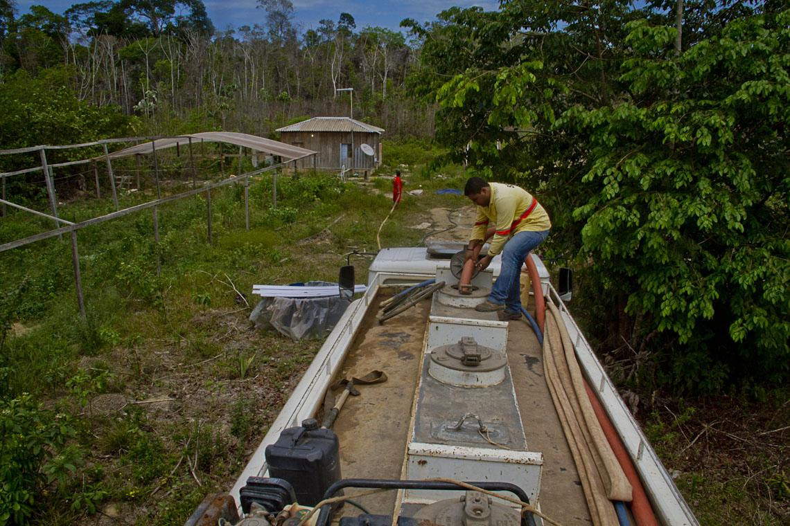 O carro-pipa abastece a comunidade de Boa Esperança. (Foto: Alberto César Araújo/Amreal)