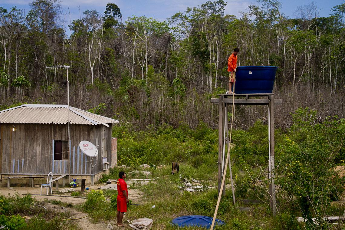 Homens cuidam da caixa d´água a espera do carro-pipa na Comunidade Boa Esperança (AM). (Foto: Alberto César Araújo/AmReal)