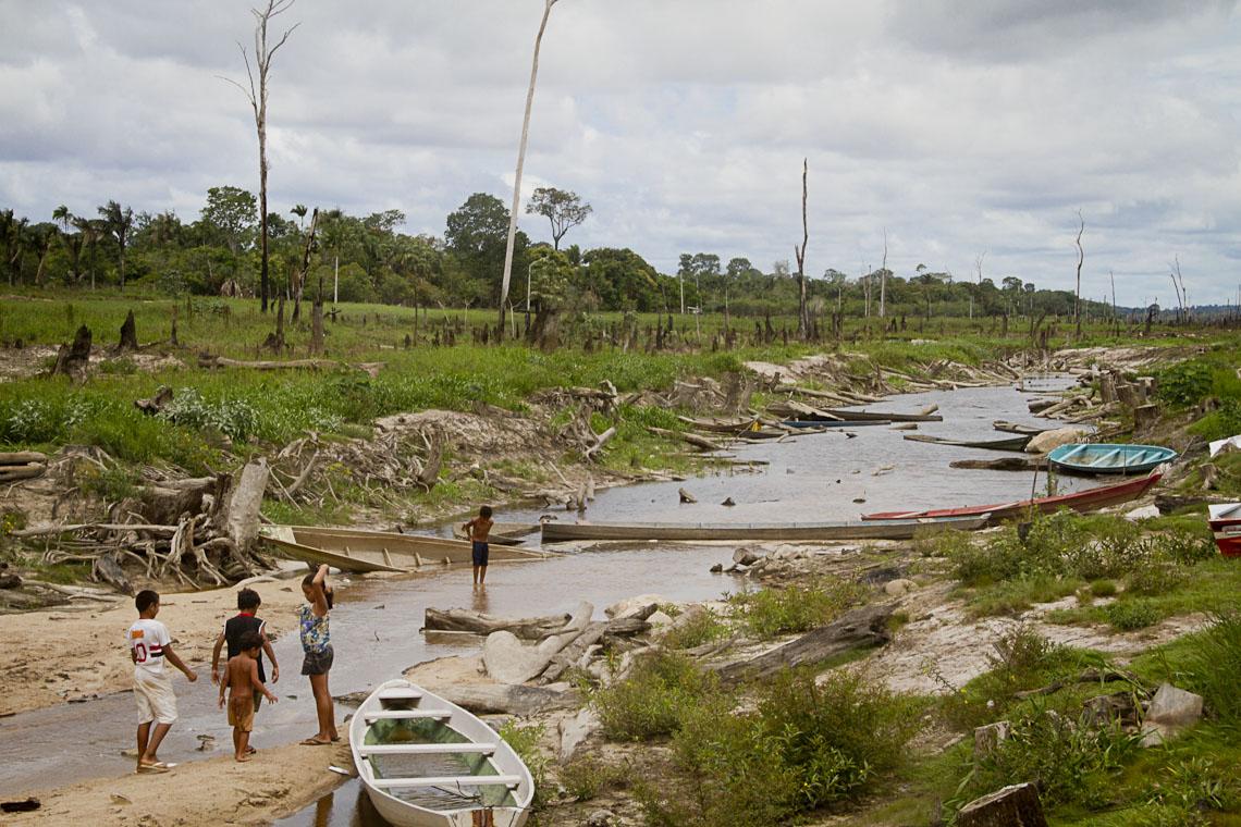 A seca no lago da hidrelétrica de Balbina. (Foto: Alberto César Araújo/AmReal)