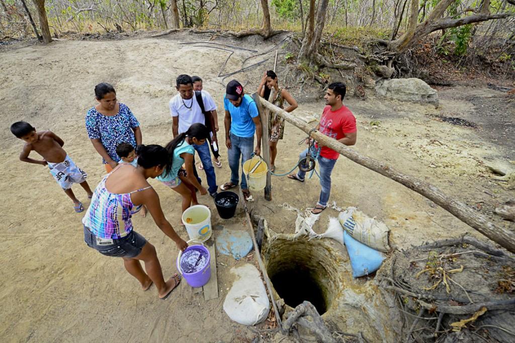 Indígenas cavaram um poço em busca de água. (Foto: Jorge Macêdo/AmReal)